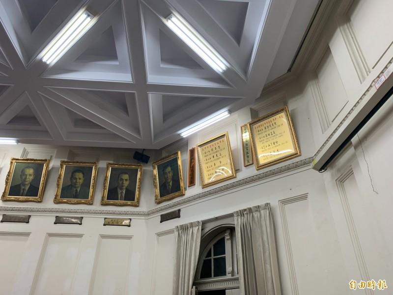 台中州廳上方掛著歷任台中市長畫掛像,甚至連日治時的市長及官派市長都有文字介紹。(記者唐在馨攝)
