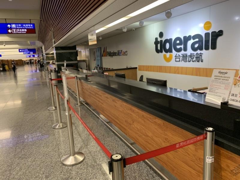 台灣虎航票務櫃台利用紅絨柱拉出安全距離。(台灣虎航提供)