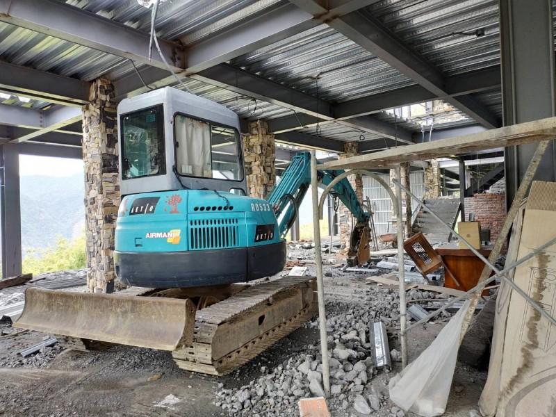 南投縣府建設處30日出動機具,拆除清境地區民宿增建的違建。(南投縣府提供)