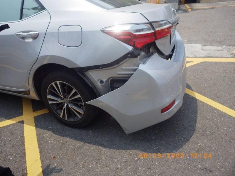 續押的連千毅出庭應訊後還押,小弟開賓士車前往關心離開時發生車禍事故,所幸雙方均無大礙,另一車擦撞保險桿掉落。(記者黃良傑翻攝)