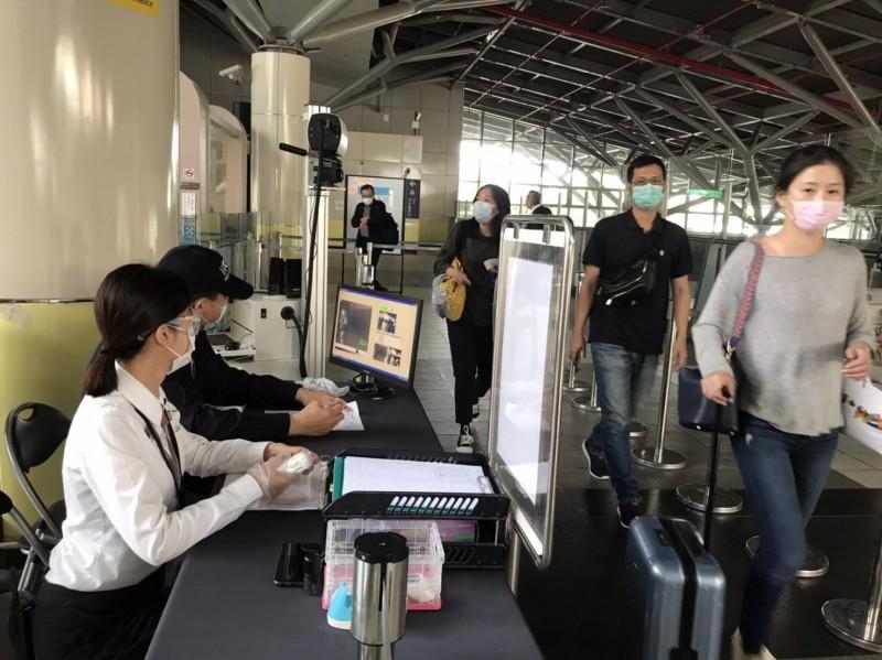 高鐵台南站防疫升級,在票閘處建置醫療級的紅外線體溫感測儀。(記者吳俊鋒翻攝)