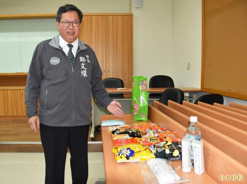 市長鄭文燦表示,桃園市的防疫關懷包料好實在受歡迎,連外國人都讚「so sweet」。(記者李容萍攝)