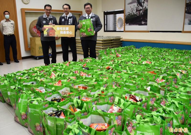 市長鄭文燦表示,各公所貼心準備防疫關懷包等物資,防疫關懷包料好實在受歡迎,連外國人都說讚。(記者李容萍攝)