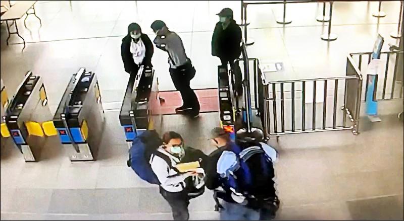 誣指花蓮檢疫所像「監獄」的英國情侶昨解除居家檢疫,隨即搭火車北上。 (記者王峻祺翻攝)