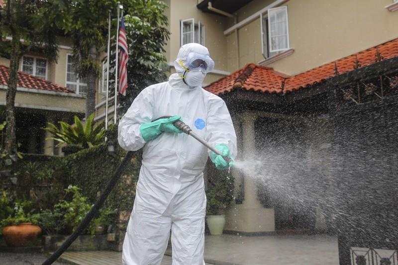 武漢肺炎疫情延燒,馬來西亞許多州對公廁、警察局、市場、碼頭等公共場所進行大規模消毒。(歐新社)