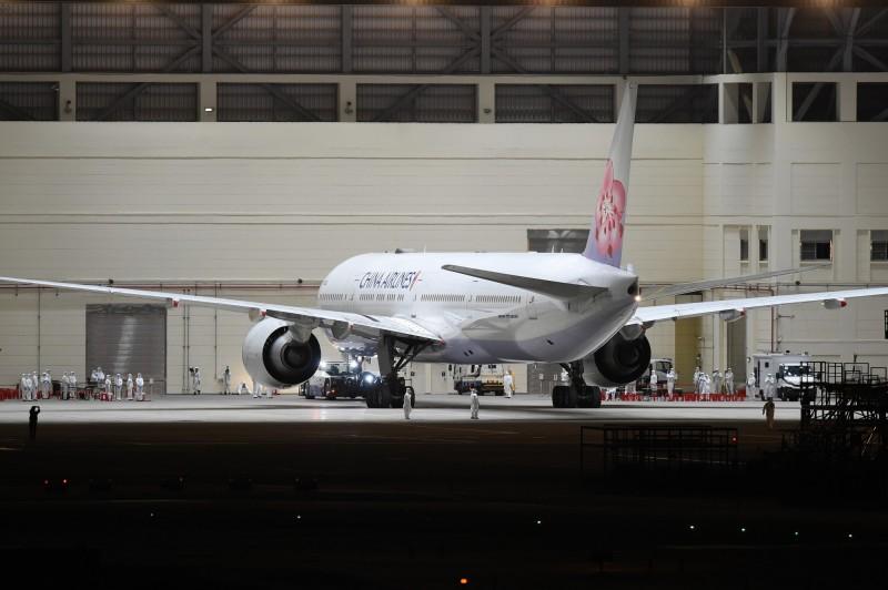 「類包機」第一班定點返台專案航班已於昨(29)日晚間抵台,153名返台者經檢疫均毋須後送就醫。(資料照)