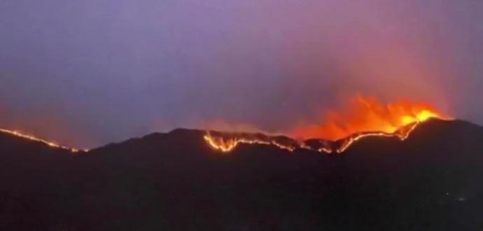 中國四川省涼山州木里縣28日晚間發生森林大火,至今火勢仍未控制,目測燃燒面積約30公頃、長達近20公里。(翻攝自Youtube)