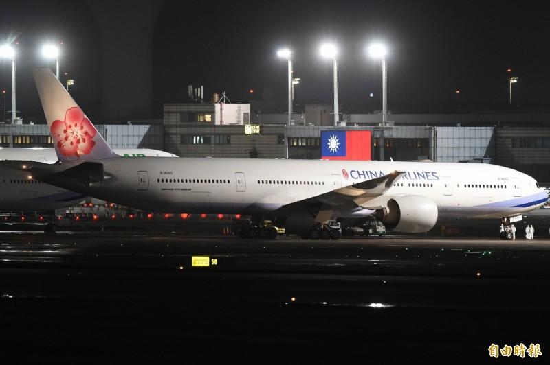 華航類包機今晚降落桃園國際機場,運送214名滯留湖北台人返國。(記者朱沛雄攝影)