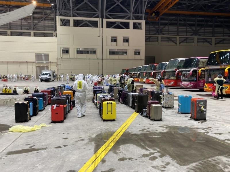 托運行李消毒完成後,旅客逐個提領個人行李。(讀者提供)
