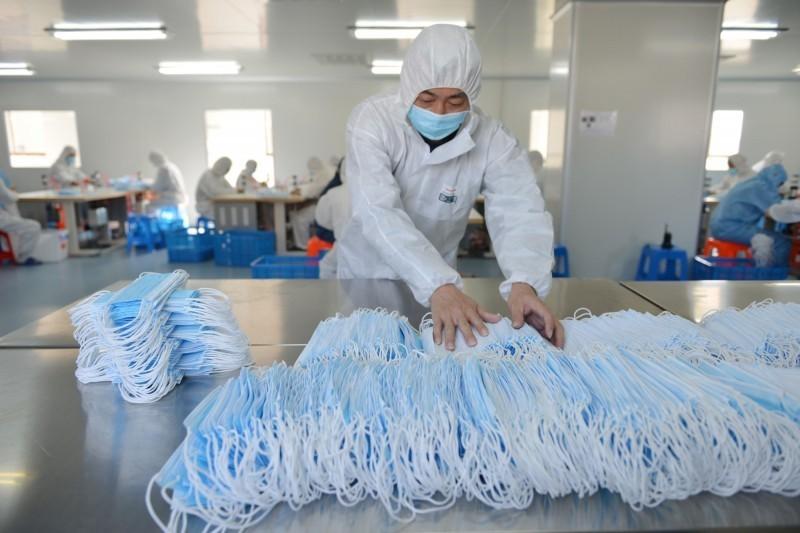 荷蘭從中國進口大量口罩,竟然有60萬個是瑕疵品,目前荷蘭政府已從各地醫院全數召回。圖為中國口罩工廠。(法新社)