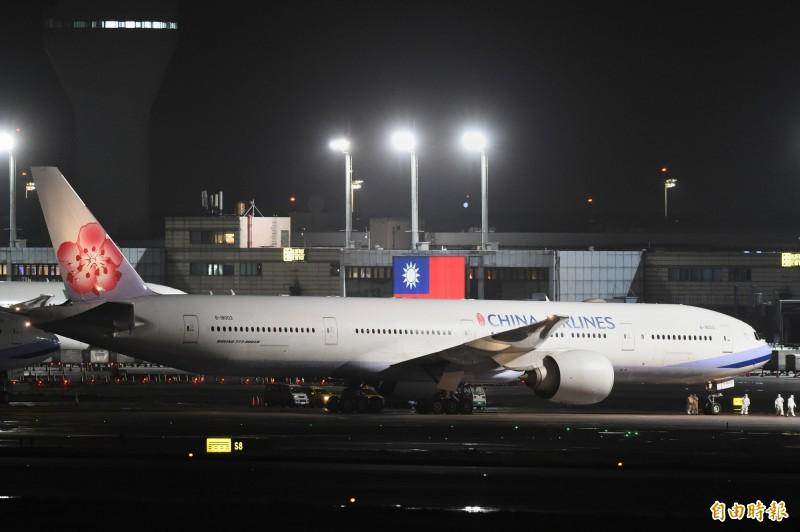 華航第二架類包機返抵桃園機場。(記者朱沛雄攝)