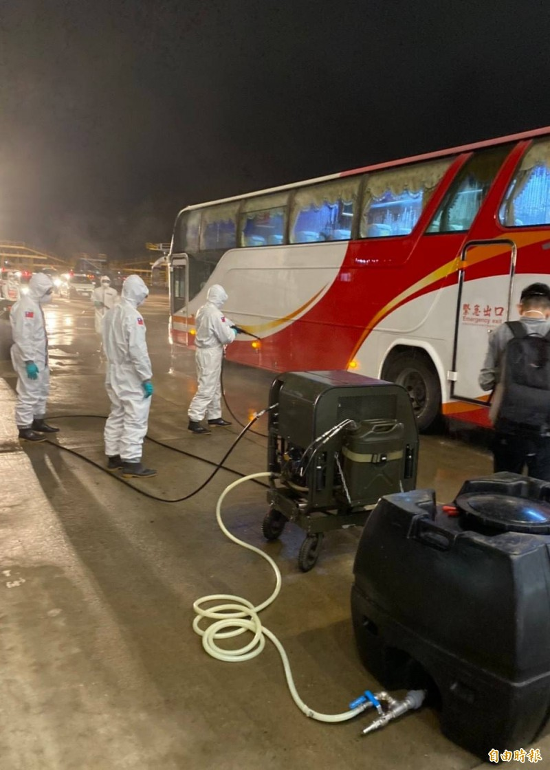 第二班武漢類包機214人完成檢疫,分乘10輛遊覽車前往集中檢疫所。(記者姚介修攝)