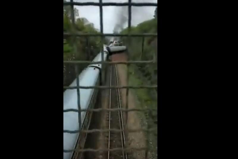 一列客運火車行經湖南時煞車不及撞上坍方土流,導致多節車廂脫軌翻覆,列車起火。(圖擷自Youtube)