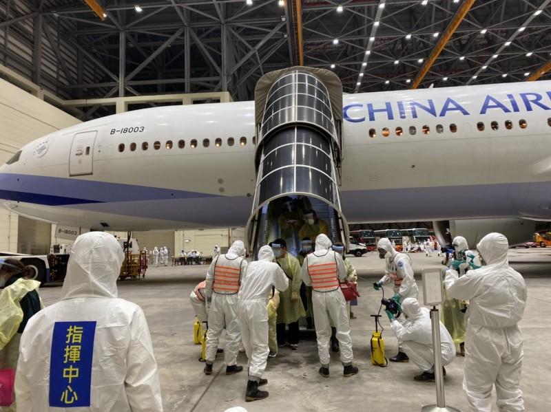 二次「類包機」旅客下機先進行消毒工作。(讀者提供)