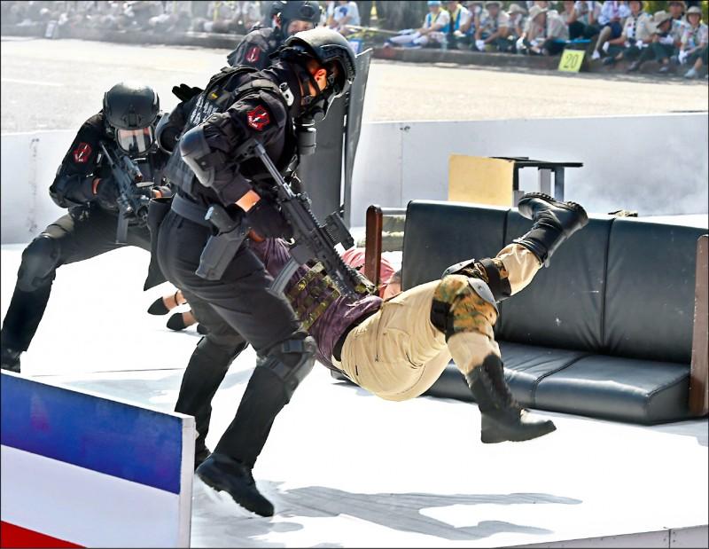 今年的後備戰士有四人涉機密,卻僅兩人被境管。圖為海軍陸戰隊去年進行反恐操演。(資料照)