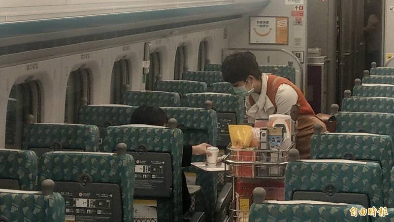 高鐵列車4月7日起,暫停販售咖啡、茶等熱飲。(記者鄭瑋奇攝)