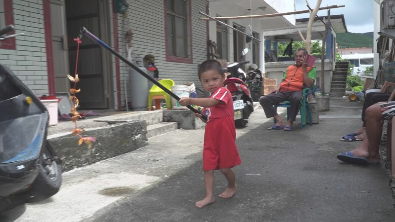 小朋友高興的舉著串掛在竹竿上蟹螯趴趴走,好不快樂。(記者陳賢義翻攝)