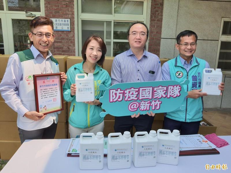 新竹市議會民進黨團與企業科技公司合作,送出2000瓶,2公升的次氯酸水給竹市9個社福團體,希望成為國家防疫隊的一員,各社福團體都很感恩。(記者洪美秀攝)
