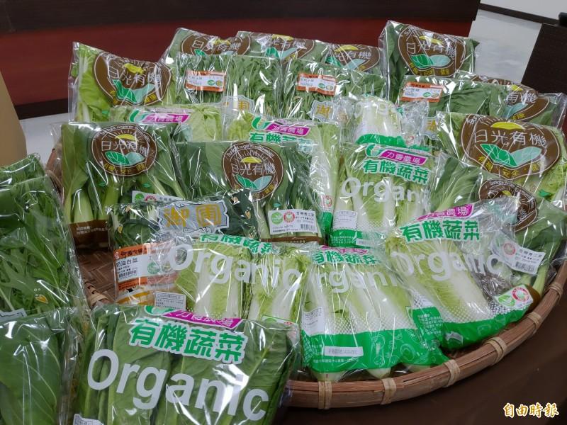 桃園市政府農業局媒合桃園市農會、農產公司及平台業者,共組蔬菜箱宅配服務,蔬菜箱包含6種蔬菜。(記者鄭淑婷攝)