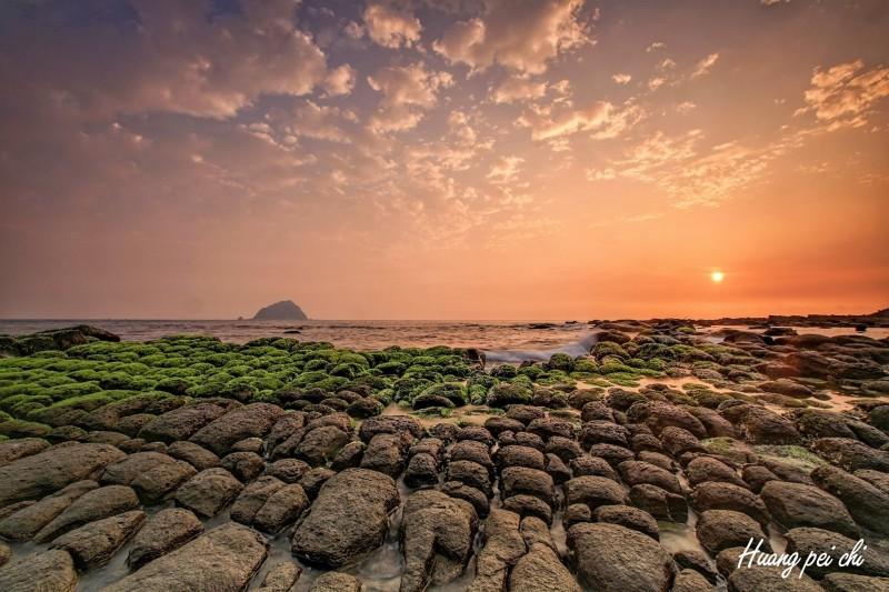 和平島公園豆腐岩,因為藻類生長而有綠蘑菇的趣名。(和平島公園提供)