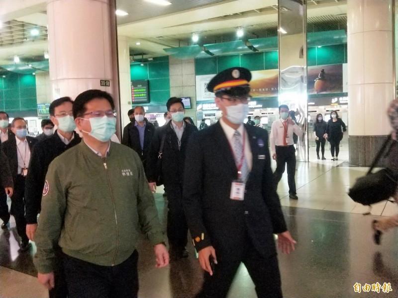 交通部長林佳龍(左)視察台鐵、高鐵板橋站。(記者何玉華攝)