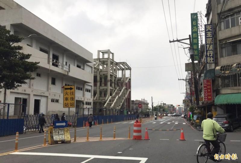 交通部鐵道局興建跨站天橋連接火車站前後站,圖為前站已完成鋼組現況。(記者李容萍攝)