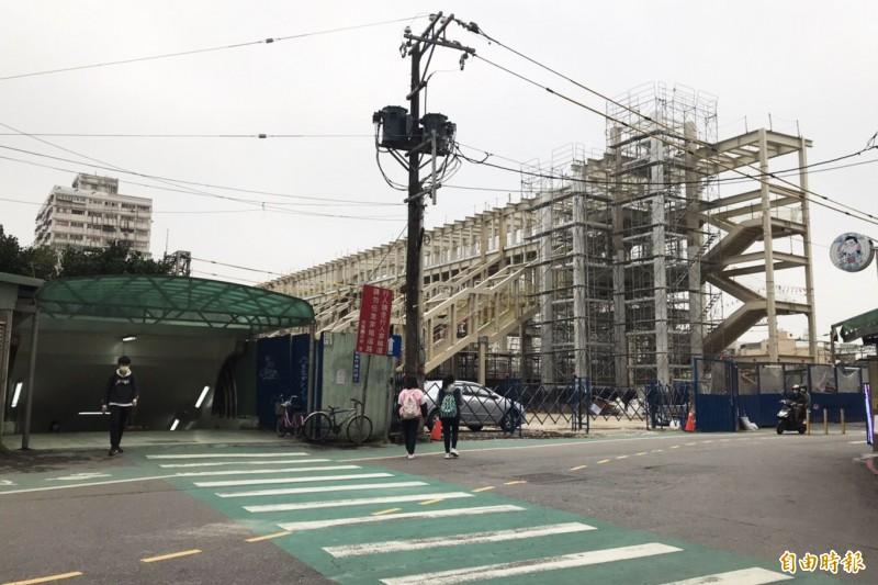交通部鐵道局興建臨時車站(白色建物)及跨站天橋,圖為後站兩工程已完成現況。(記者李容萍攝)
