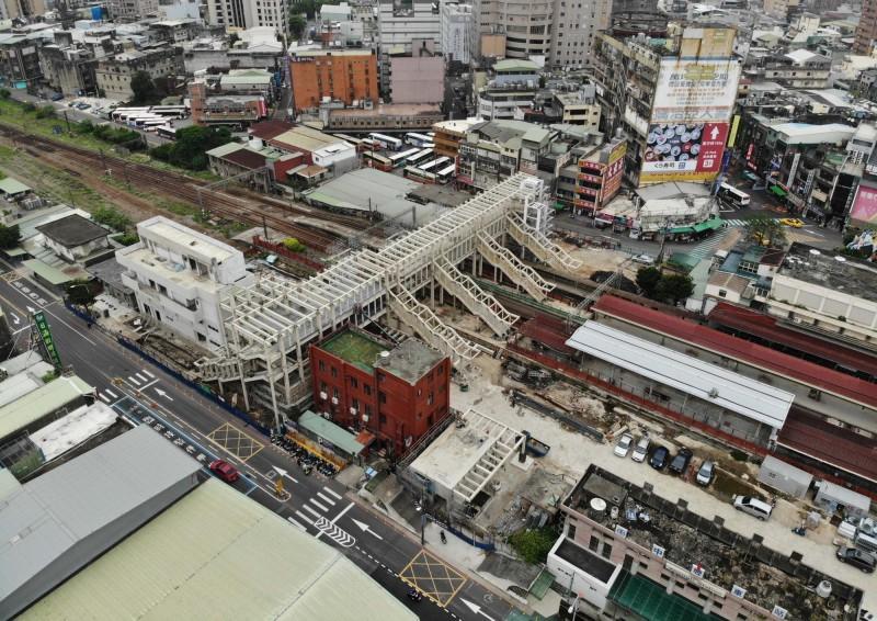 交通部鐵道局興建臨時車站(白色建物)及跨站天橋,預計9月啟用。(鐵道局提供,記者李容萍翻攝)