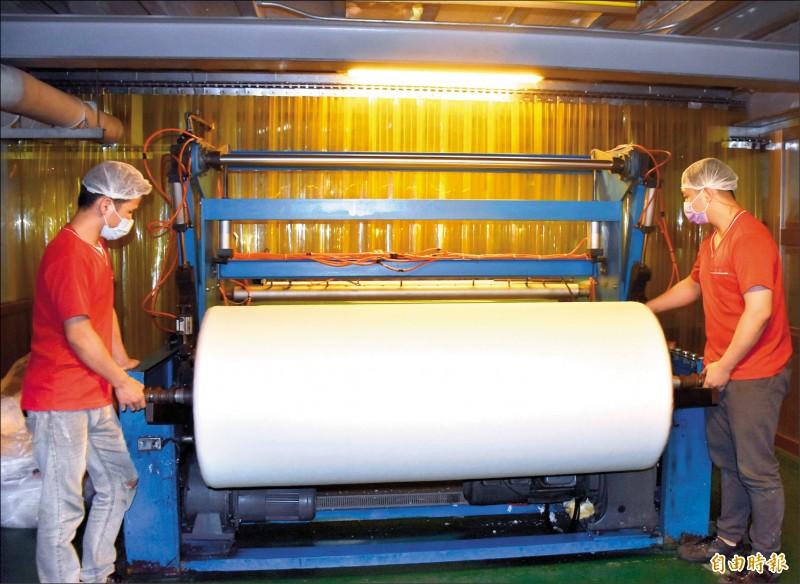 經濟部昨表示與澳洲達成防疫物資合作,澳方將提供一百萬公升的酒精原料,台灣則提供三噸不織布材料。圖為敏成不織布工廠生產情形。(記者李容萍攝)