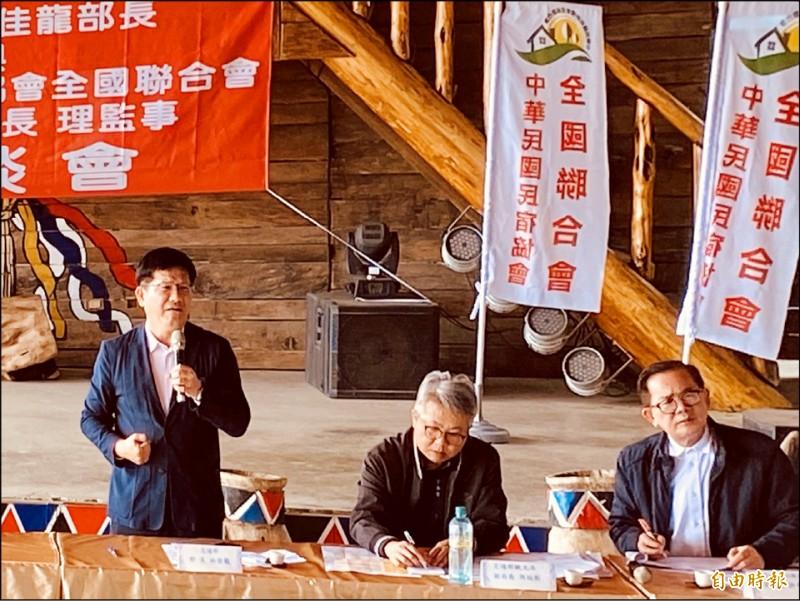 交通部長林佳龍(左一)聽取全台民宿業者代表心聲。(記者蔡宗勳攝)