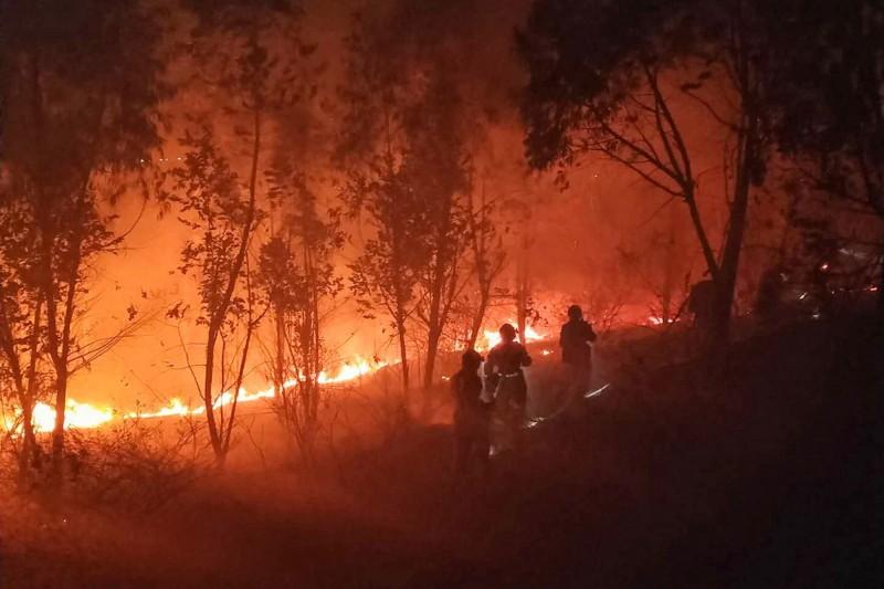 中國四川省涼山州西昌市昨日發生森林大火,目前造成18名救火人員與1名嚮導死亡。(法新社)