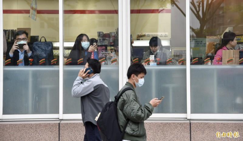為加強防範武漢肺炎疫情蔓延,中央流行疫情指揮中心研議對民眾未能保持社交距離訂出規範,原則上社交距離要保持室外至少1公尺,室內至少要1.5公尺。(記者羅沛德攝)