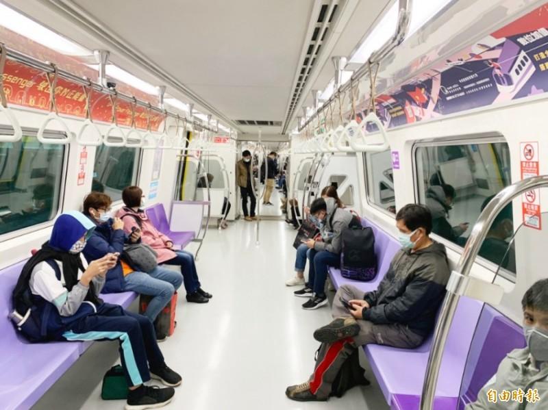 桃機場捷運昨天公告4/9起,旅客強制戴口罩。(桃園捷運公司提供)
