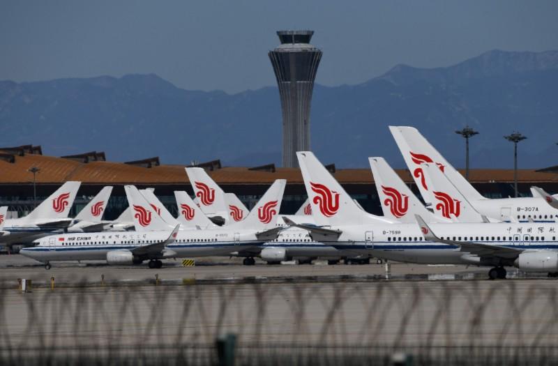 圖為飛機停在中國北京首都機場停機坪。(法新社)