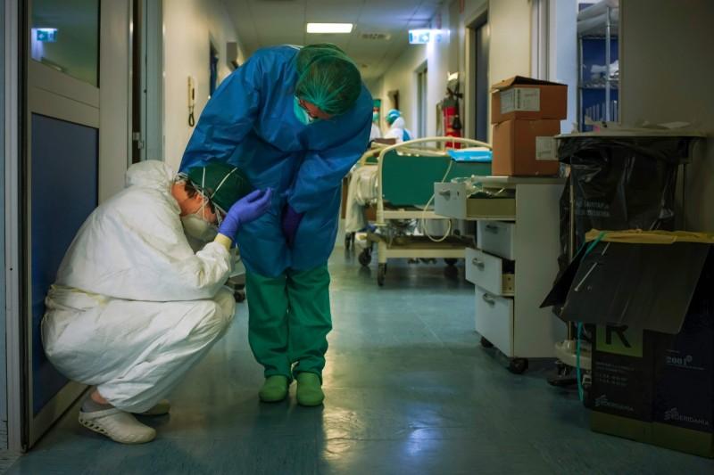 武漢肺炎疫情持續升溫,各國一線醫護人員疲於奔命。(法新社)