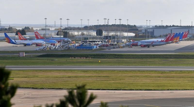 飛機停在英格蘭中部伯明翰國際機場航站附近。(法新社)