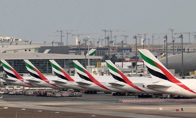 阿聯酋航空飛機停在杜拜國際機場畫面。(法新社)