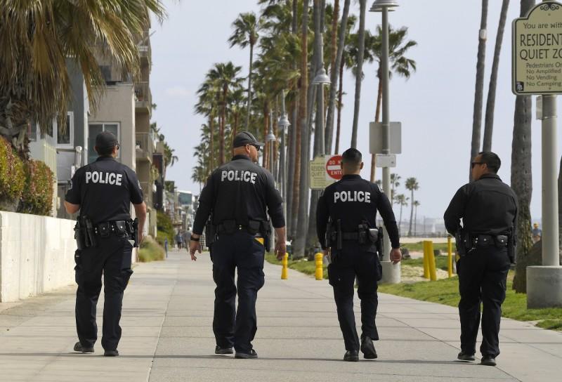 28日加州洛杉磯市(Los Angeles)傳出約有40人違規參加一場「1歲女童生日趴」,警方接獲報案後迅速趕到現場,並出動大批警力將他們強制驅離,雖雙方一度情緒激動,但最終平安落幕。圖為洛杉磯警察示意圖,與本新聞無關。(美聯社)