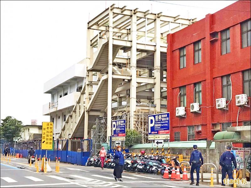 連接火車站前後站的後站天橋鋼構組合已完成。(記者李容萍攝)