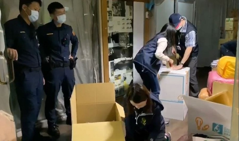 警方查扣積欠罰金的攤商物品。(記者劉慶侯翻攝)