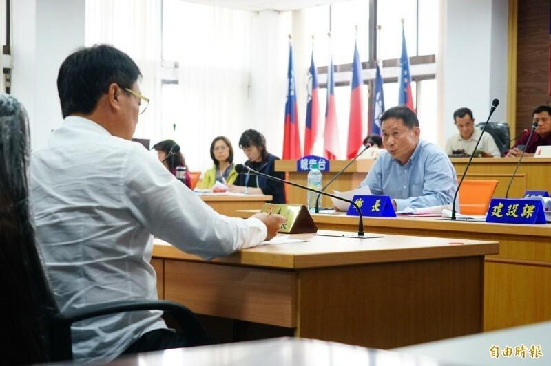 鄉代會主席郭茂良(左1)對屏縣府派代的鄉長許重慶提出不信任案。(資料照,記者陳彥廷攝)