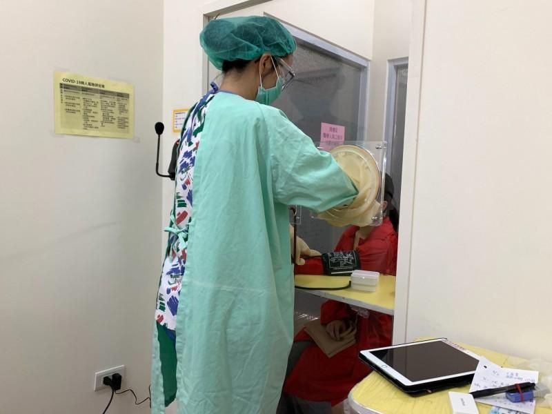 時值防疫期間,竹山秀傳醫院引進新式自助測量儀,避免醫護與疑似病患直接接觸,也能獲得血壓、血糖等生理數據。(記者劉濱銓翻攝)