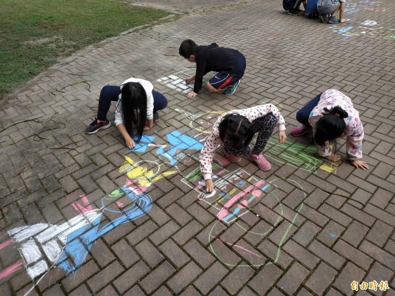 雲林麥寮興華國小開放全校走廊讓學童盡情以粉筆塗鴉。(記者黃淑莉攝)