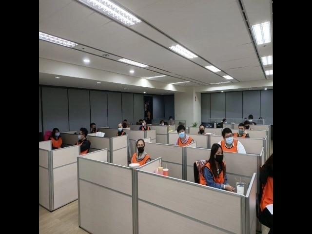 彭男經營的賭博網站以科技公司為掩護,警方現場帶回41名男女員工。(記者姚岳宏翻攝)