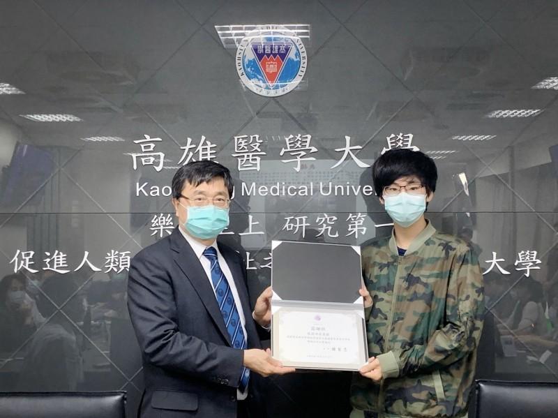高醫大校長鐘育志(左)頒發感謝狀表揚葉品誠。(高醫大提供)