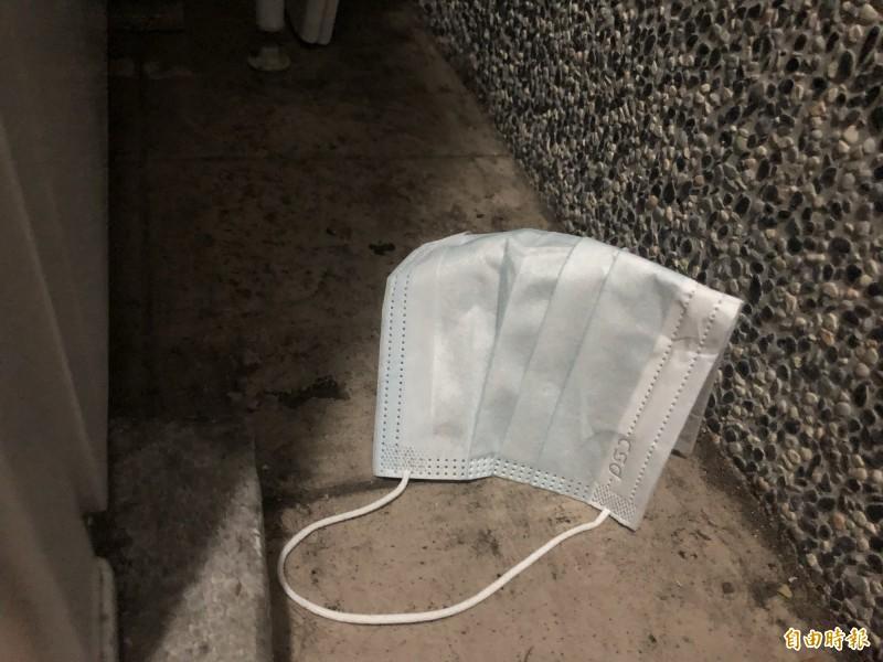 環保署表示,疫情期間將加重亂丟口罩的罰鍰,由原本1,200元提高到3,600元,最重可罰6,000元,即日起開始實施。(記者羅綺攝)