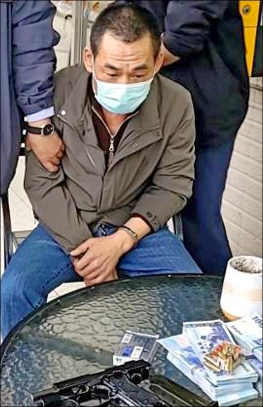 案發不到30小時,警方昨在桃園龍潭逮捕涉嫌持槍行搶板信商銀的累犯陳劍輝,並起獲60萬元贓款、改造手槍一把。(記者劉慶侯翻攝)