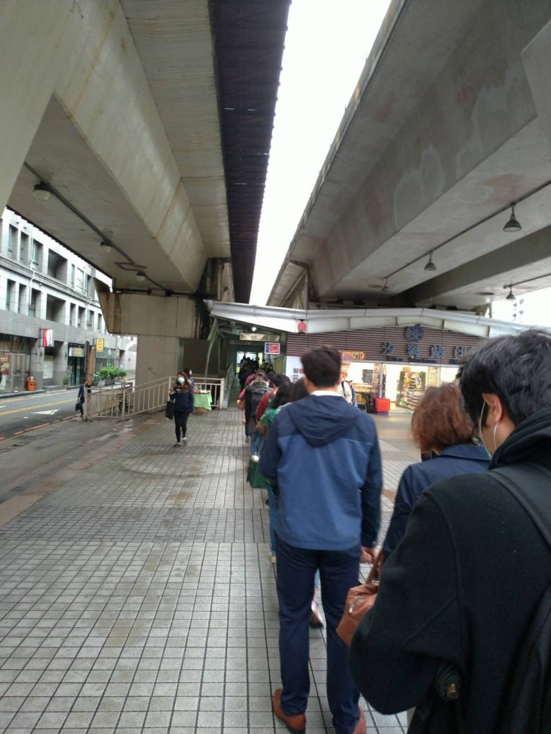 大眾運輸測量體溫上路首日引發排隊潮。(民眾提供)