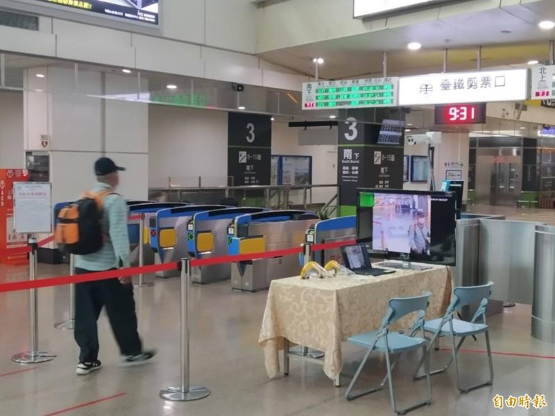 台鐵新左營站的紅外線體溫量測器,乘客配合戴口罩。(記者洪定宏攝)