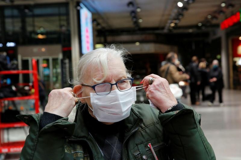 研究發現,有不戴口罩文化的國家,死亡率遠高於口罩戴得緊的國家如台灣、日本、韓國,分析中直言,通常官方呼籲不戴口罩,是為掩蓋準備不足的說詞。(路透)